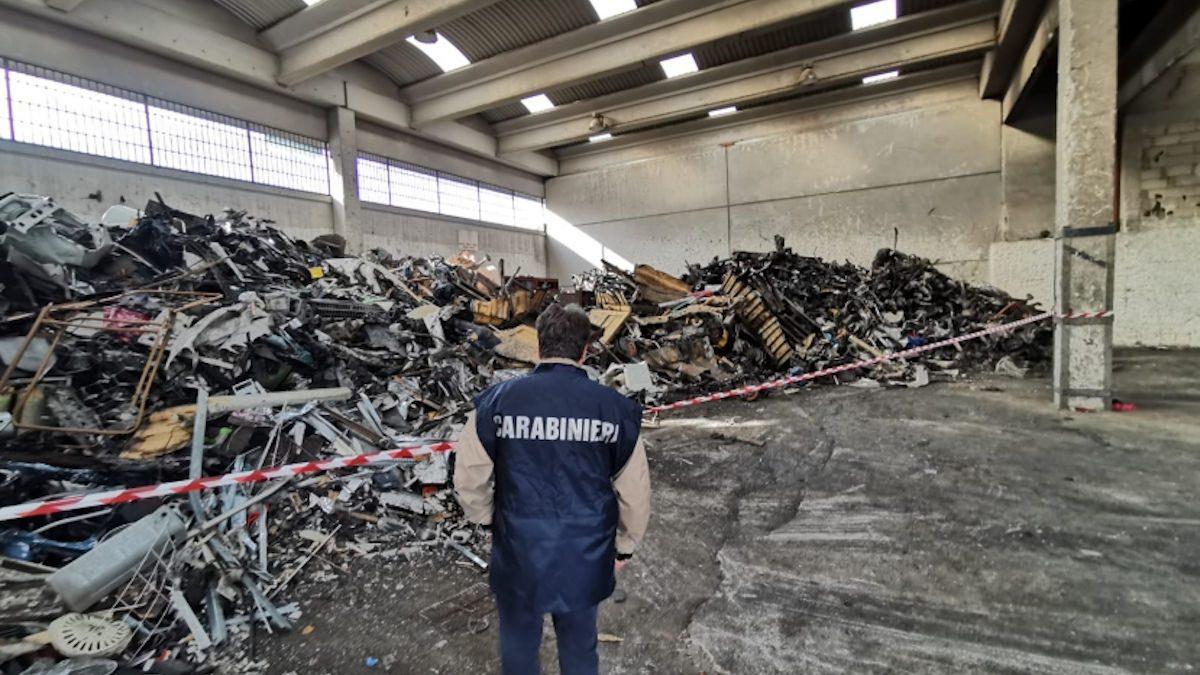 Capannone Casavatore con rifiuti
